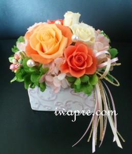 落ち着いたオレンジのアレンジ。花器&マテリアルのご指定をいただきました。